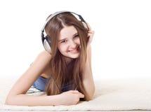 La muchacha en los auriculares Foto de archivo libre de regalías