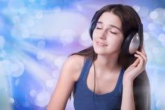 La muchacha en los auriculares Foto de archivo
