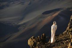 La muchacha en los cráteres de Haleakala. Imagen de archivo