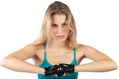 La muchacha en los deportes concede y los guantes aprietan los puños Imagenes de archivo