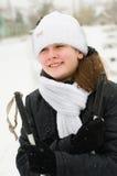 La muchacha en los esquís. Imagen de archivo libre de regalías