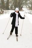 La muchacha en los esquís. Imagen de archivo