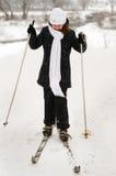 La muchacha en los esquís. Foto de archivo libre de regalías
