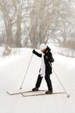 La muchacha en los esquís. Imágenes de archivo libres de regalías