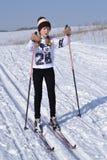 La muchacha en los esquís asustados anticipa Imagen de archivo libre de regalías