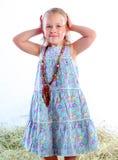 La muchacha en los granos hermosos aplica el pelo con brocha imagen de archivo libre de regalías