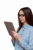 La muchacha en los vidrios con la tableta Fotos de archivo