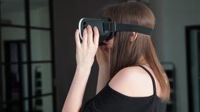 La muchacha en los vidrios 3D juega risas almacen de video