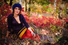 La muchacha en madera del otoño Fotos de archivo libres de regalías