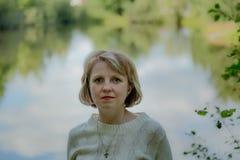 La muchacha en la naturaleza Fotografía de archivo libre de regalías