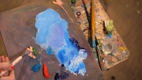 La muchacha en la paleta exprime la pintura del melocotón El cepillo toma color 4K MES lento almacen de video