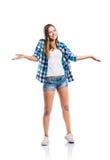 La muchacha en pantalones cortos y la camisa comprobada, brazos aumentaron, aislado Fotografía de archivo libre de regalías