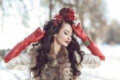 La muchacha en pieles y ropa roja Invierno imagen de archivo