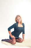 La muchacha en posiciones en cuclillas oscuras de una alineada Imagen de archivo