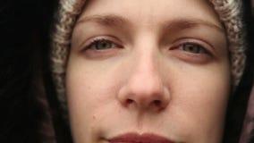 La muchacha en ropa del invierno mastica el bolo alimenticio almacen de metraje de vídeo