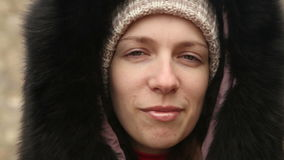 La muchacha en ropa del invierno mastica el bolo alimenticio almacen de video