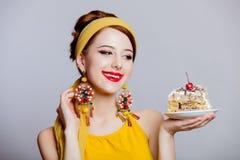 La muchacha en 70s viste estilo con la torta foto de archivo