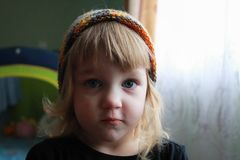 La muchacha en sombrero del color foto de archivo libre de regalías