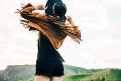 La muchacha en sombrero está bailando Imagen de archivo libre de regalías