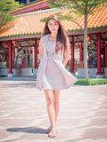 La muchacha en templo Fotos de archivo