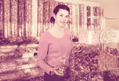 La muchacha en tienda está cogiendo los caramelos Imagenes de archivo
