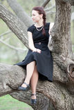La muchacha en un árbol Fotos de archivo