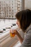 La muchacha en un balcón Fotografía de archivo libre de regalías