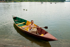 La muchacha en un barco Foto de archivo