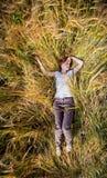 La muchacha en un campo de trigo foto de archivo libre de regalías