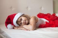 La muchacha en un casquillo del Año Nuevo duerme en Año Nuevo de la anticipación Imagenes de archivo