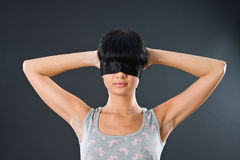 La muchacha en un chaleco ligero con los ojos sujetó cerca Fotografía de archivo libre de regalías