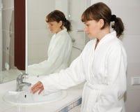 La muchacha en un cuarto de baño Imagenes de archivo