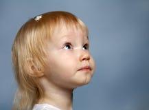 La muchacha en un fondo azul Imagen de archivo libre de regalías