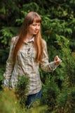 La muchacha en un fondo verde. Fotos de archivo libres de regalías