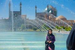 La muchacha en un hijab está en el imán Square en Isfahán foto de archivo libre de regalías
