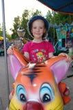 La muchacha en un parque de atracciones Imagenes de archivo