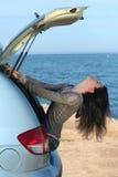 La muchacha en un portador de equipaje del coche Fotos de archivo