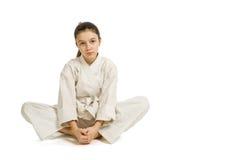 La muchacha en un resto del kimono de los deportes Foto de archivo
