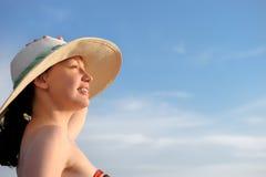 La muchacha en un sombrero contra imágenes de archivo libres de regalías