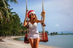 La muchacha en un sombrero de la Navidad foto de archivo