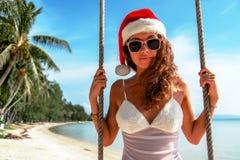 La muchacha en un sombrero de la Navidad fotografía de archivo