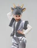 La muchacha en un traje de la vaca muestra los cuernos Fotografía de archivo libre de regalías