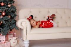 La muchacha en un traje del ratón en la Navidad Foto de archivo