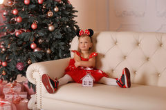 La muchacha en un traje del ratón en la Navidad Imagen de archivo libre de regalías