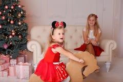 La muchacha en un traje del ratón en la Navidad Fotos de archivo libres de regalías