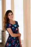 La muchacha en un vestido colorido imagen de archivo libre de regalías