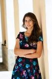 La muchacha en un vestido colorido imagenes de archivo