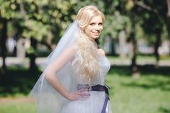 La muchacha en un vestido de boda imagen de archivo