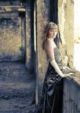 La muchacha en el cuarto lanzado cerca de una ventana Imágenes de archivo libres de regalías