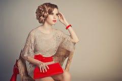 La muchacha en un vestido gris con los accesorios rojos Imagenes de archivo